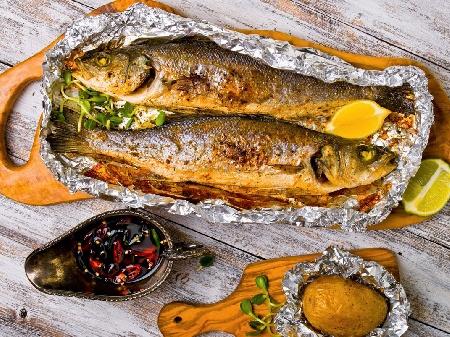 Печена риба лаврак с чесън във фолио на скара - снимка на рецептата